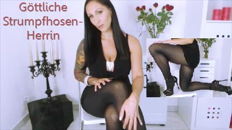 Du stehst auf heiße sexy Strumpfhosenbeine? Dann schau dir deine Herrin Adriana an! Ergötze dich an Ihrem Anblick, verwöhne Ihre Nylonbeine und folge Ihren Befehlen!
